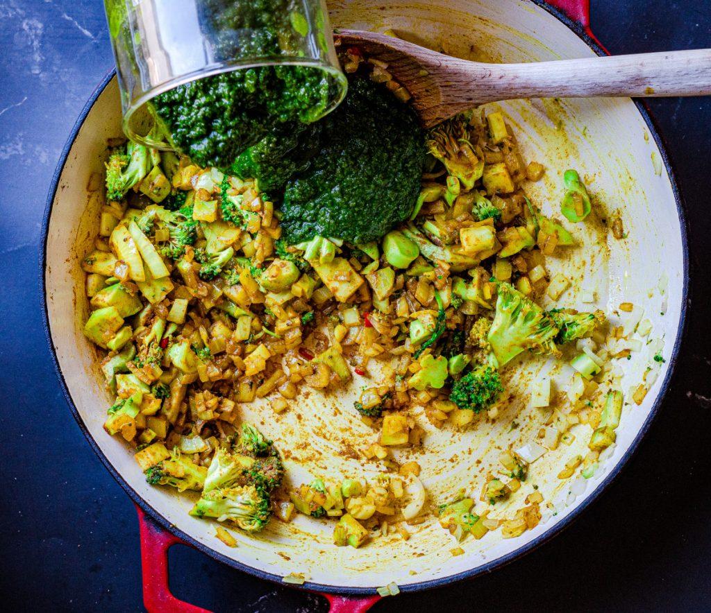 Addin the pureed greens to the green shakshuka